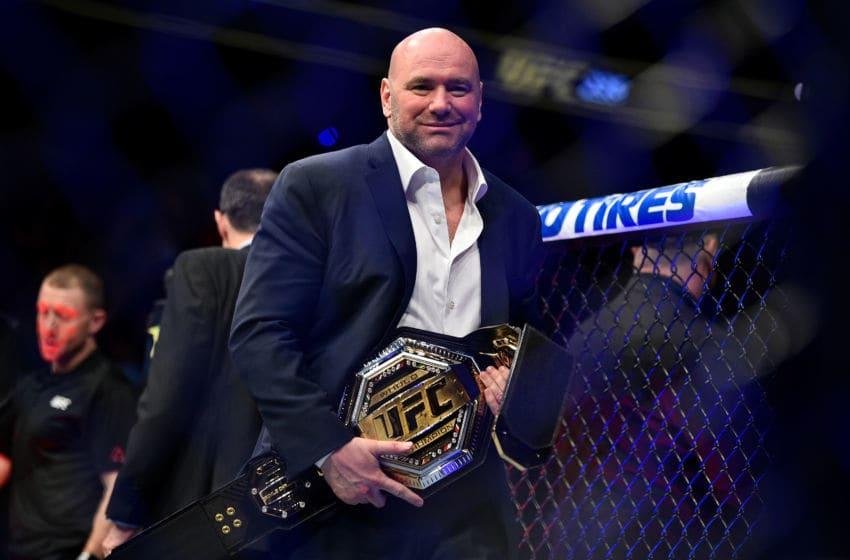 LAS VEGAS, NEVADA - 02 mars: Le président de l'UFC Dana White détient la ceinture de championnat UFC Legacy lors de l'événement UFC 235 au T-Mobile Arena le 2 mars 2019 à Las Vegas, Nevada. (Photo de Chris Unger / Zuffa LLC / Zuffa LLC via Getty Images)