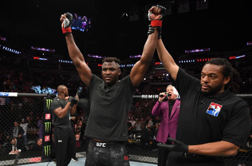 MINNEAPOLIS, MN - 29 juin: Francis Ngannou du Cameroun célèbre après avoir battu Junior Dos Santos du Brésil par TKO dans leur combat de poids lourds lors de l'événement UFC Fight Night au Target Center le 29 juin 2019 à Minneapolis, Minnesota. (Photo par Josh Hedges / Zuffa LLC / Zuffa LLC via Getty Images)