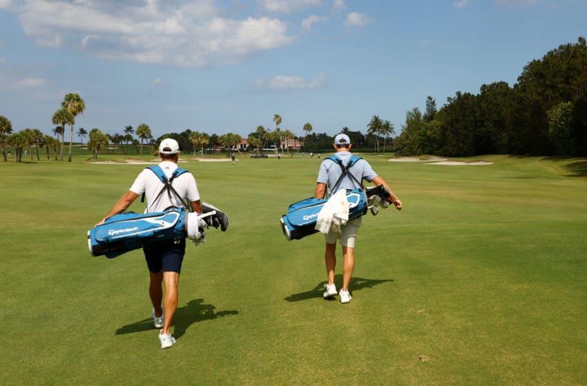 JUNO BEACH, FLORIDE - 17 MAI: Dustin Johnson de l'équipe de l'American Nurses Foundation et Rory McIlroy de l'équipe de l'American Nurses Foundation portent leurs sacs pendant le TaylorMade Driving Relief soutenu par UnitedHealth Group le 17 mai 2020 au Seminole Golf Club à Juno Beach, Floride. (Photo de Mike Ehrmann / Getty Images)