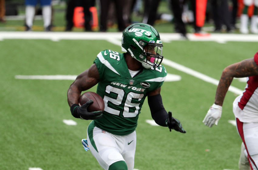 EAST RUTHERFORD, NEW JERSEY - OCTOBER 11: Le'Veon Bell #26 of the New York Jets runs with the ball against the Arizona Cardinals at MetLife Stadium on October 11, 2020 in East Rutherford, New Jersey. Arizona Cardinals defeated the New York Jets 30-10. (Photo by Al Pereira/Getty Images)