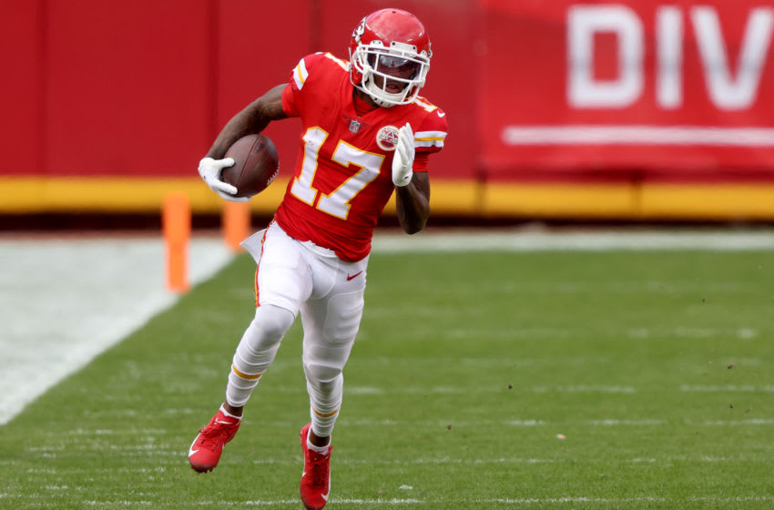 KANSAS CITY, MISSOURI - JANUARY 17: Wide receiver Mecole Hardman #17 of the Kansas City Chiefs carries the football against the Cleveland Browns during the first quarter of the AFC Divisional Playoff game at Arrowhead Stadium on January 17, 2021 in Kansas City, Missouri. (Photo by Jamie Squire/Getty Images)