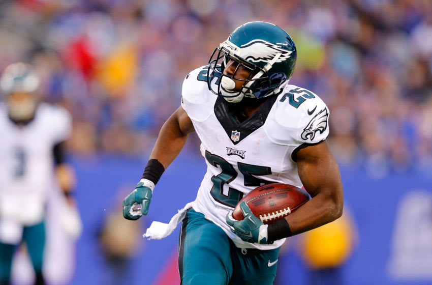 EAST RUTHERFORD, NJ - DECEMBER 28: (NEW YORK DAILIES OUT) LeSean McCoy #25 of the Philadelphia Eagles in action against the New York Giants on December 28, 2014 at MetLife Stadium in East Rutherford, New Jersey. The Eagles defeated the Giants 34-26. (Photo by Jim McIsaac/Getty Images)