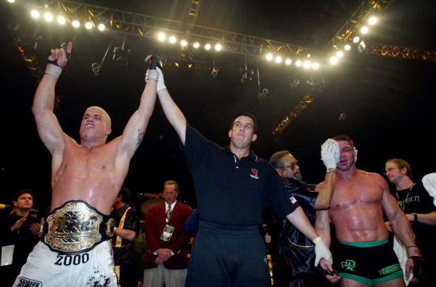 (Las Vegas) - Le champion de l'UFC Tito Ortiz (lt) s'est réjoui de sa victoire sur le concurrent Ken Shamrock (à l'extrême droite) au MGM Grand Arena de Las Vegas dans le Ultimate Fighting Championship 40