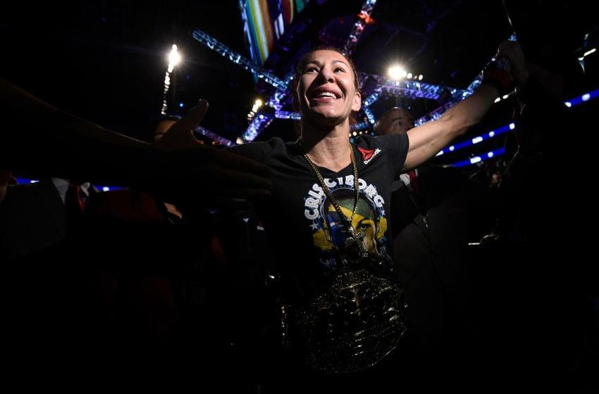 LAS VEGAS, NV - 03 mars: Cris Cyborg du Brésil célèbre après sa victoire de TKO sur Yana Kunitskaya de Russie dans leur combat de poids plume des femmes lors de l'événement UFC 222 à l'intérieur de T-Mobile Arena le 3 mars 2018 à Las Vegas, Nevada. (Photo de Brandon Magnus / Zuffa LLC / Zuffa LLC via Getty Images)