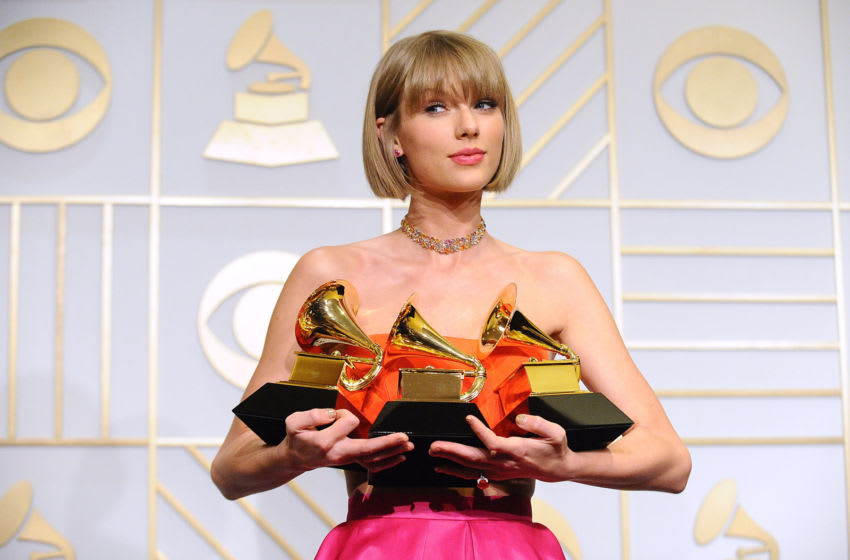 LOS ANGELES, CA - FEBRUARY 15: Taylor Swift poses in the press room at the The 58th GRAMMY Awards at Staples Center on February 15, 2016 in Los Angeles, California. (Photo by Jason LaVeris/FilmMagic)