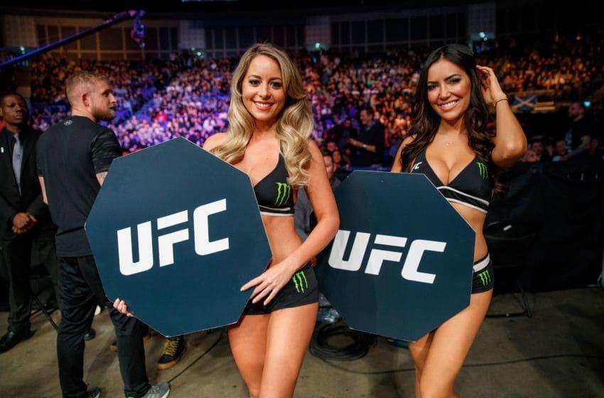 UFC (Ultimate Fighting Championship) Octagon Girls posent pour une photo lors d'un combat UFC à l'O2 Arena de Londres le 17 mars 2018. Accusée de promouvoir un spectacle ultra-violent en permettant des frappes sur un adversaire au sol, l'organisation a mis en place des protocoles pour sécuriser la santé des athlètes, notamment en surveillant l'impact sur le cerveau des coups portés à la tête. / AFP PHOTO / Tolga Akmen (Le crédit photo doit se lire TOLGA AKMEN / AFP via Getty Images)