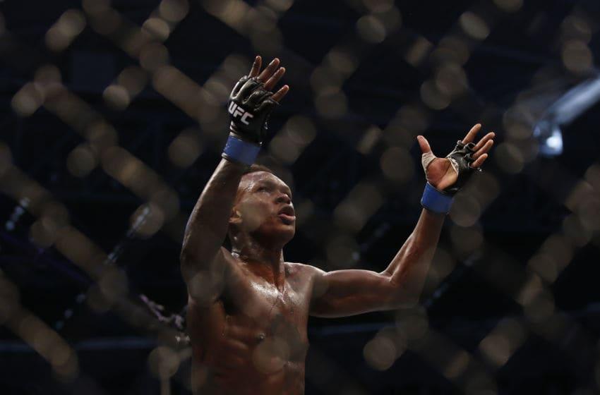 MELBOURNE, AUSTRALIE - 06 OCTOBRE: Israël Adesanya célèbre sa victoire sur Robert Whittaker entre dans leur combat pour le titre des poids moyens lors de l'UFC 243 au Marvel Stadium le 06 octobre 2019 à Melbourne, Australie. (Photo de Darrian Traynor / Getty Images)