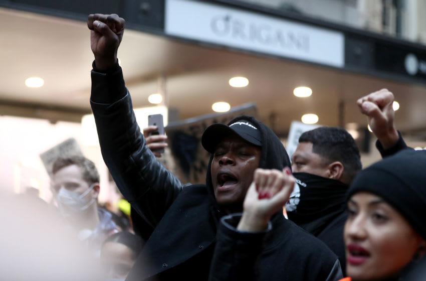 AUCKLAND, NOUVELLE-ZÉLANDE - 01 juin: le combattant de l'UFC Israël Adesanya se joint à la manifestation dans Queen Street le 01 juin 2020 à Auckland, en Nouvelle-Zélande. Le rassemblement a été organisé en solidarité avec les manifestations à travers les États-Unis après le meurtre d'un homme noir non armé George Floyd aux mains d'un officier de police à Minneapolis, Minnesota. (Photo par Hannah Peters / Getty Images)