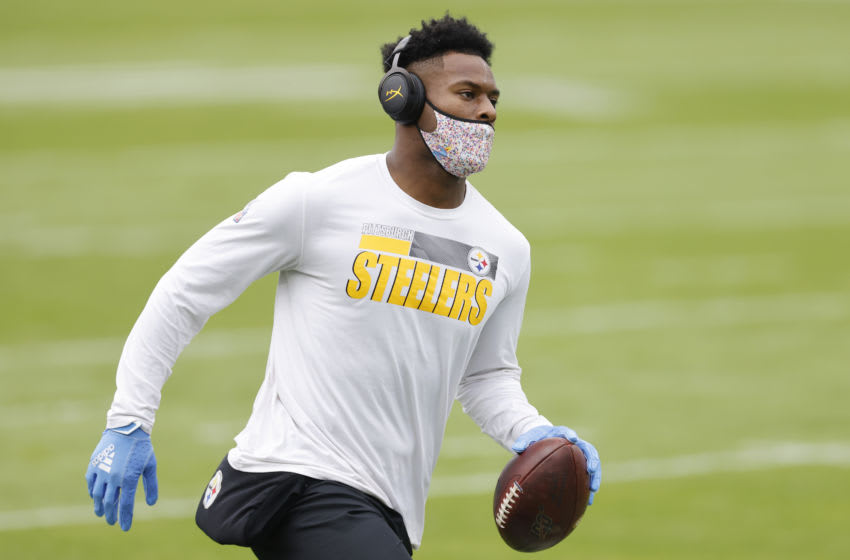 JACKSONVILLE, FLORIDA - NOVEMBER 22: JuJu Smith-Schuster #19 (Photo by Michael Reaves/Getty Images)