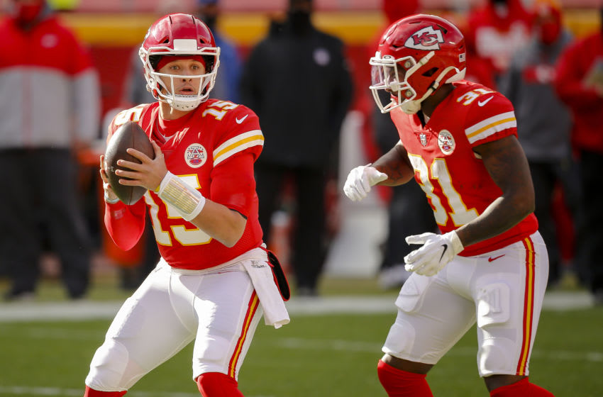 KANSAS CITY, MO - JANUARY 17: Patrick Mahomes #15 of the Kansas City Chiefs readies a handoff to Darrel Williams #31 of the Kansas City Chiefs in the first quarter during the game against the Cleveland Browns in the AFC Divisional Playoff at Arrowhead Stadium on January 17, 2021 in Kansas City, Missouri. (Photo by David Eulitt/Getty Images)