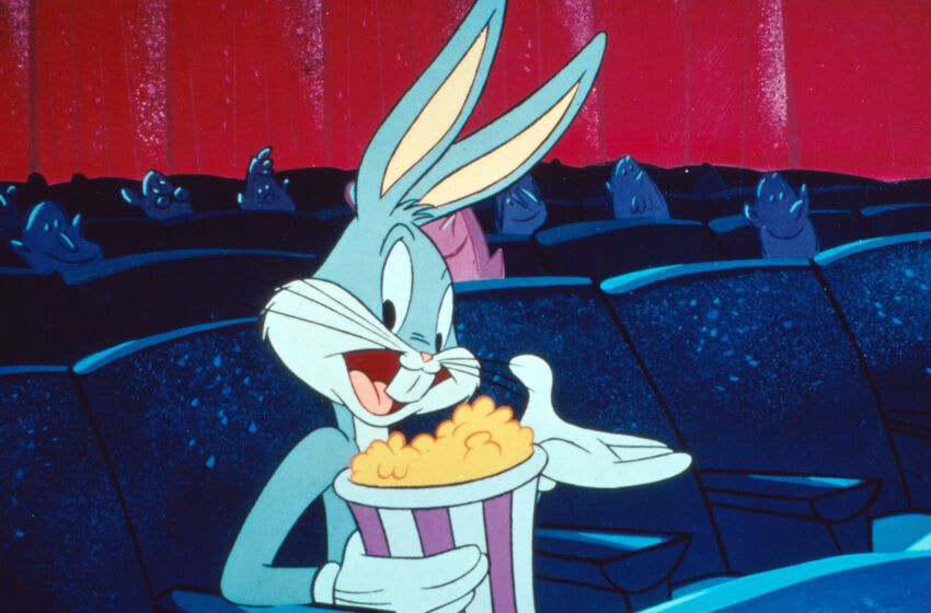 Kino. Bugs Bunny mit einem Eimer Popcorn im Kino, 1940er Jahre. Bugs Bunny enjoying a bucket of popcorn at the cinema, 1940s. (Photo by FilmPublicityArchive/United Archives via Getty Images)