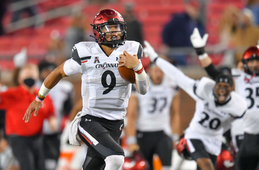 Oct 24, 2020; Dallas, Texas, USA; Cincinnati Bearcats quarterback Desmond Ridder (9) runs the ball down the field and scores a touch down against Southern Methodist Mustangs during the fourth quarter half at Gerald J. Ford Stadium. Mandatory Credit: Tim Flores-USA TODAY Sports