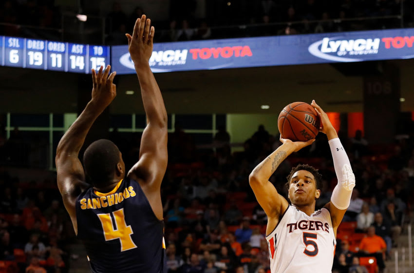 Chuma Okeke #5 of the Auburn Tigers and Brion Sanchious #4 of the Murray State Racers (Photo by Kevin C. Cox/Getty Images)