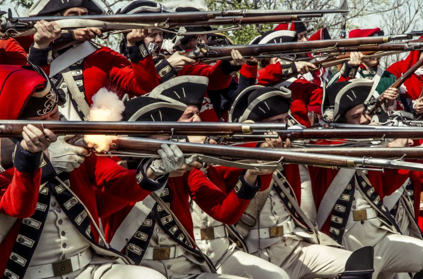 UNSPECIFIED - APRIL 1: Redcoats, British army soldiers, ready to open fire with muzzle-loading rifles. American Revolutionary War, 18th century. Historical reenactment. (Photo by DeAgostini/Getty Images)