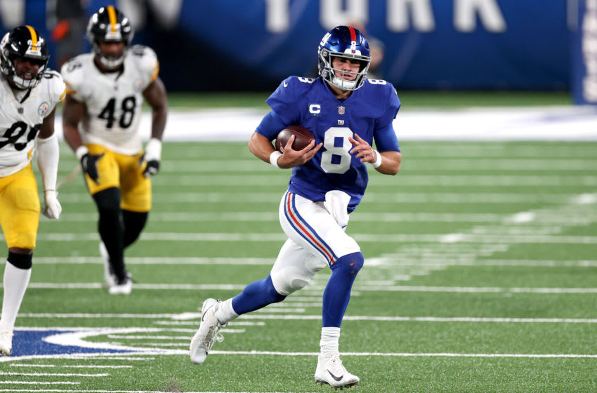 EAST RUTHERFORD, NEW JERSEY - SEPTEMBER 14: Daniel Jones #8 of the New York Giants runs the ball against the Pittsburgh Steelers during the fourth quarter in the game at MetLife Stadium on September 14, 2020 in East Rutherford, New Jersey. (Photo by Al Bello/Getty Images)