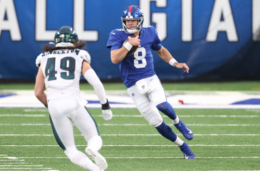 EAST RUTHERFORD, NEW JERSEY - NOVEMBER 15: Daniel Jones #8 of the New York Giants carries the ball as Alex Singleton #49 of the Philadelphia Eagles defends during the second half at MetLife Stadium on November 15, 2020 in East Rutherford, New Jersey. (Photo by Al Bello/Getty Images)