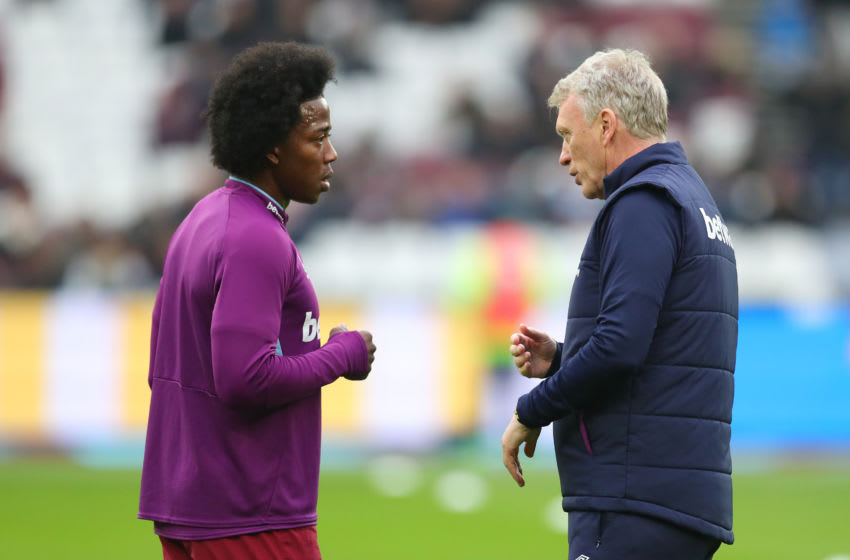 LONDON, ENGLAND - JANUARY 25: David Moyes, Manager of West Ham United talks to Carlos Sanchez of West Ham United prior to the FA Cup Fourth Round match between West Ham United and West Bromwich Albion at The London Stadium on January 25, 2020 in London, England. (Photo by Catherine Ivill/Getty Images)