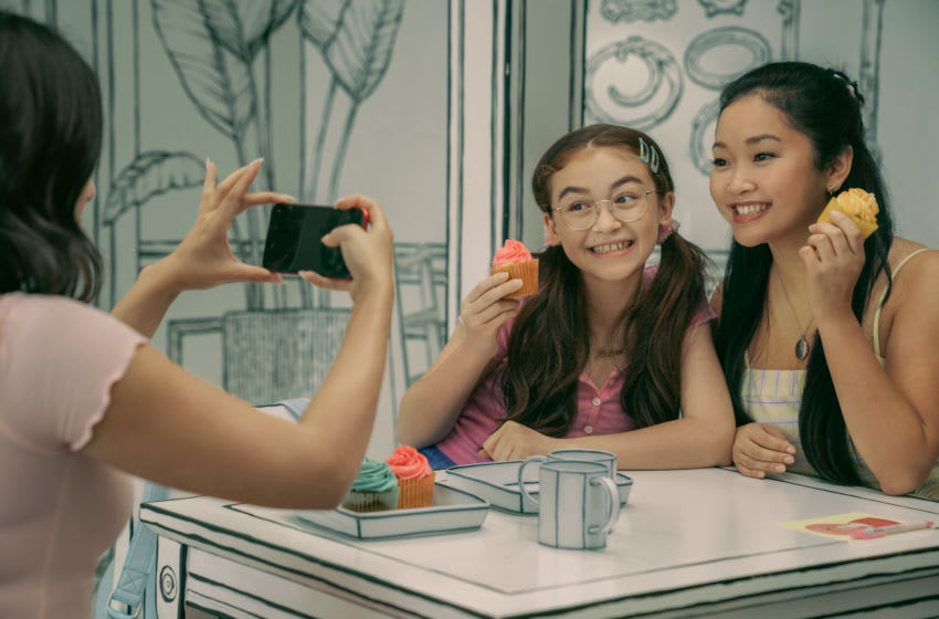 TO ALL THE BOYS: ALWAYS AND FOREVER (L-R): JANEL PARRISH as MARGOT, ANNA CATHCART as KITTY, LANA CONDOR as LARA JEAN. Cr: JUHAN NOH/NETFLIX © 2021