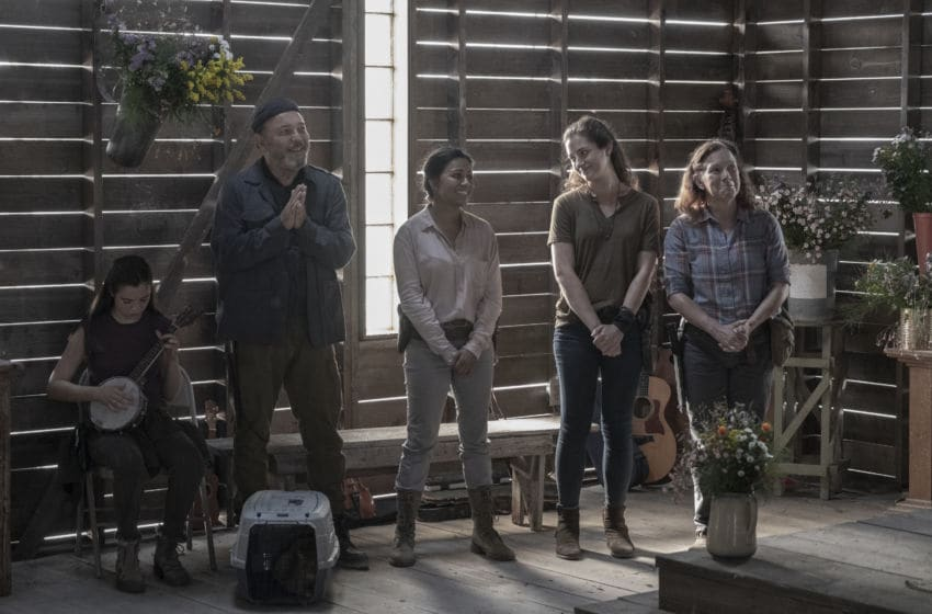 Alexa Nisenson as Charlie, Rubén Blades as Daniel Salazar, Karen David as Grace, Holly Curran as Janis, Peggy Schott as Tess - Fear the Walking Dead _ Season 5, Episode 16 - Photo Credit: Van Redin/AMC