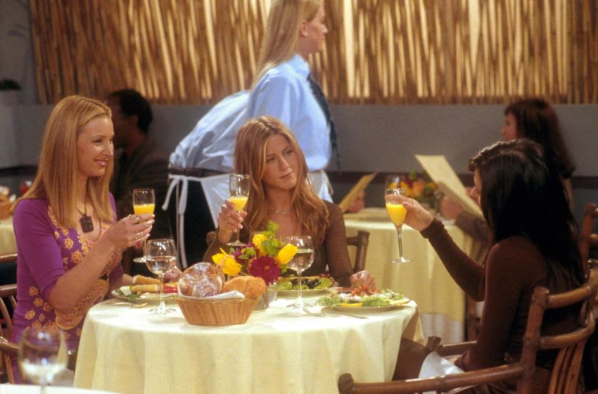 382997 01: From l-r: Lisa Kudrow (as Phoebe), Jennifer Aniston (as Rachel) and Courteney Cox (as Monica) act in a scene from