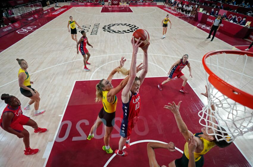 USA's Breanna Stewart (C) goes to the basket in the women's quarter-final basketball match between Australia and USA during the Tokyo 2020 Olympic Games at the Saitama Super Arena in Saitama on August 4, 2021. (Photo by Eric GAY / POOL / AFP) (Photo by ERIC GAY/POOL/AFP via Getty Images)