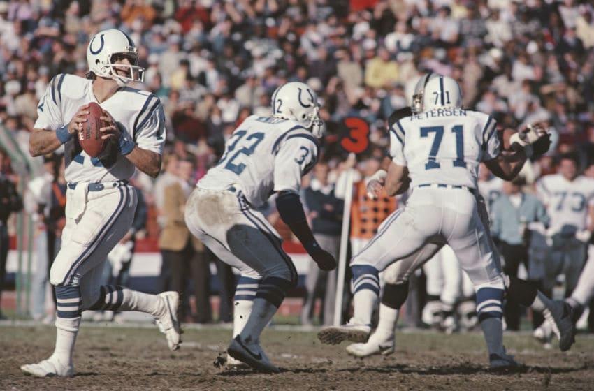 Art Schlichter # 10, Quarterback untuk Indianapolis Colts selama pertandingan American Football Conference West melawan Los Angeles Raiders pada 25 November 1984 di Los Angeles Memorial Coliseum, Los Angeles, California, Amerika Serikat. The Raiders memenangkan permainan 21 - 7. (Foto oleh Tony Duffy / Allsport / Getty Images)