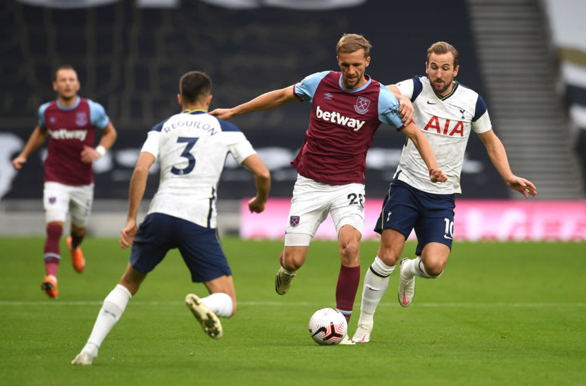 LONDON, ENGLAND - OCTOBER 18 Harry Kane of Tottenham Hotspur Photo by Neil Hall - Pool/Getty Images)