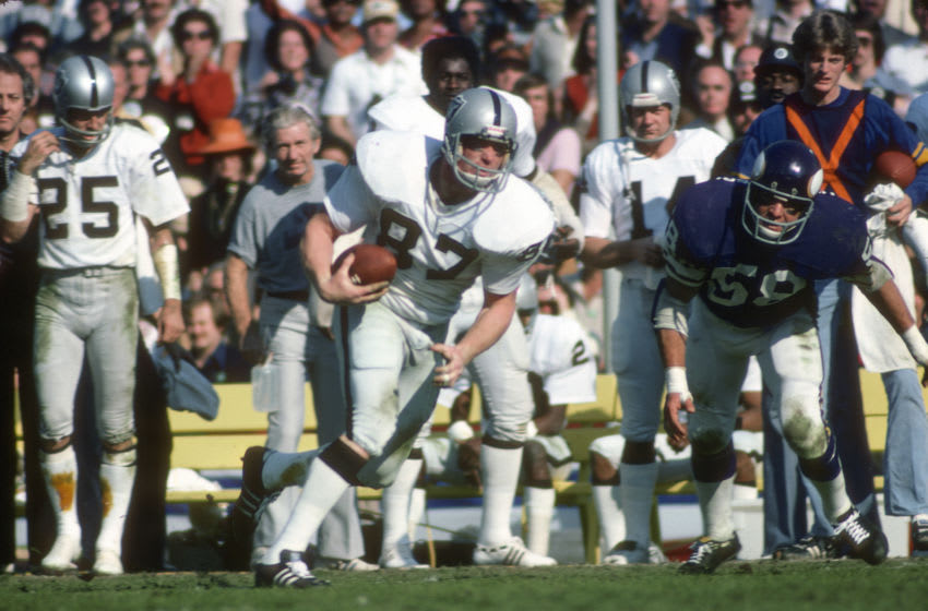 PASADENA, CA- JANUARY 9: Dave Casper #87 of the Oakland Raiders runs with the ball against the Minnesota Vikings during Super Bowl XI on January 9, 1977 at the Rose Bowl in Pasadena, California. The Raiders won the Super Bowl 32 -14. (Photo by Focus on Sport/Getty Images)