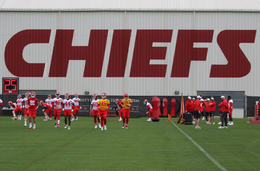 KANSAS CITY, MO - MAY 23: A wide view as Kansas City Chiefs quarterback Patrick Mahomes (15) and teammates run sprints during OTA's on May 23, 2019 at the Chiefs Training Facility in Kansas City, MO. (Photo by Scott Winters/Icon Sportswire via Getty Images)