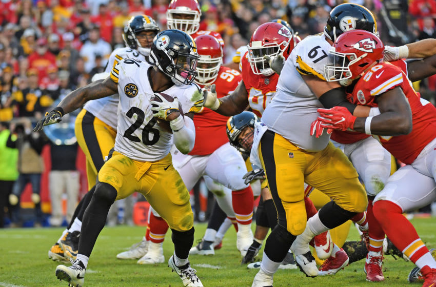 KANSAS CITY, MO - OCTOBER 15: Running back Le'Veon Bell #26 of the Pittsburgh Steelers runs up the field against the Kansas City Chiefs during the second half on October 15, 2017 at Arrowhead Stadium in Kansas City, Missouri. (Photo by Peter G. Aiken/Getty Images)