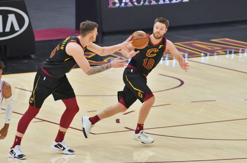 Cleveland Cavaliers big Isaiah Hartenstein passes the ball to Cleveland guard Matthew Dellavedova. (Photo by Jason Miller/Getty Images)