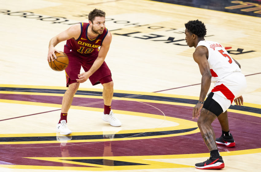 Cleveland Cavaliers guard Matthew Dellavedova looks to make a play. (Photo by Lauren Bacho/Getty Images)