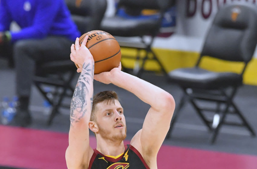 Cleveland Cavaliers big Isaiah Hartenstein shoots the ball. (Photo by Jason Miller/Getty Images)