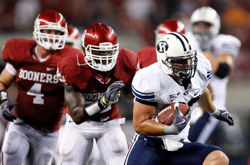 ARLINGTON, TX - SEPTEMBER 05: Tight end Dennis Pitta #32 of the Brigham Young Cougars runs the ball against the Oklahoma Sooners at Cowboys Stadium on September 5, 2009 in Arlington, Texas. (Photo by Ronald Martinez/Getty Images)
