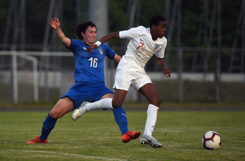 GRADISCA D'ISONZO, ITALY - APRIL 27: (L - R) Simone Bonavita of Italy U15 competes for the ball with Jamie-Bynoe-Gittens of England U15 during the match Italy v England U15 of the Nations Tournamnent on April 27, 2019 in Gradisca d'Isonzo, Italy. (Photo by Pier Marco Tacca/Getty Images)