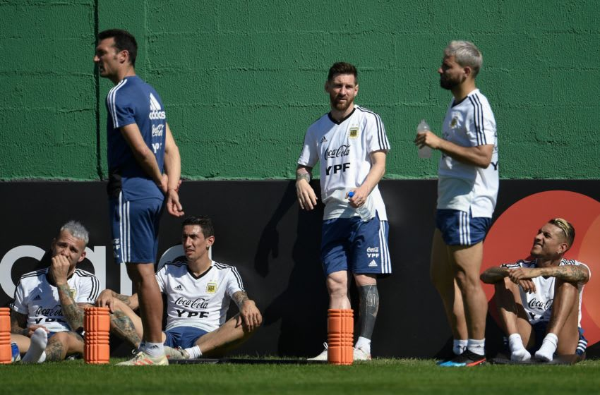 (L to R) Argentina's player Nicolas Otamendi, Argentina's coach Lionel Scaloni, Argentina's player Angel Di Maria, Argentina's player Lionel Messi, Argentina's player Sergio Aguero and Argentina's player Roberto Pereyra gather during a training session in Rio de Janeiro, Brazil, on June 26, 2019, ahead of the Copa America quarter final football match against Venezuela next June 28. (Photo by MAURO PIMENTEL / AFP) (Photo credit should read MAURO PIMENTEL/AFP via Getty Images)