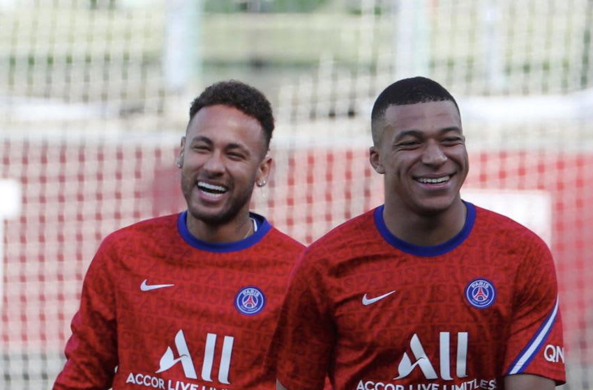 METZ, FRANCE - APRIL 24: Neymar Jr and Kylian Mbappe of Paris Saint-Germain react before the Ligue 1 match between FC Metz and Paris Saint-Germain at Stade Saint-Symphorien on April 24, 2021 in Metz, France. (Photo by Xavier Laine/Getty Images)