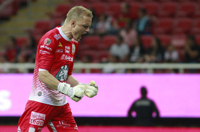 ZAPOPAN, MEXICO - APRIL 28: William Yarbrough goalkeeper of Leon celebrates his teams second goal during the 17th round match between Chivas and Leon as part of the Torneo Clausura 2018 Liga MX at Akron Stadium on April 28, 2018 in Zapopan, Mexico. (Photo by Alfredo Moya/Jam Media/Getty Images)