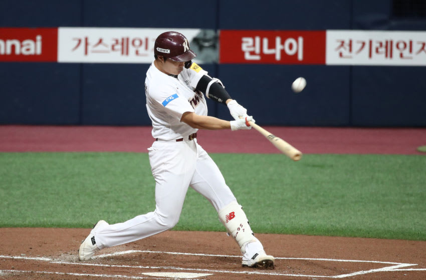 Infielder Kim Ha-Seong #7 of Kiwoom Heroes bats in the bottom of the second inning during the KBO League game between LG Twins and Kiwoom Heroes at the Gocheok Sky Dome on June 06, 2020 in Seoul, South Korea. (Photo by Chung Sung-Jun/Getty Images)