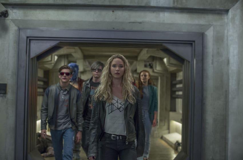 DF-17640_R – Left to right: Cyclops (Tye Sheridan), Beast (Nicholas Hoult), Quicksilver (Evan Peters), Raven (Jennifer Lawrence), and Jean Grey (Sophie Turner).