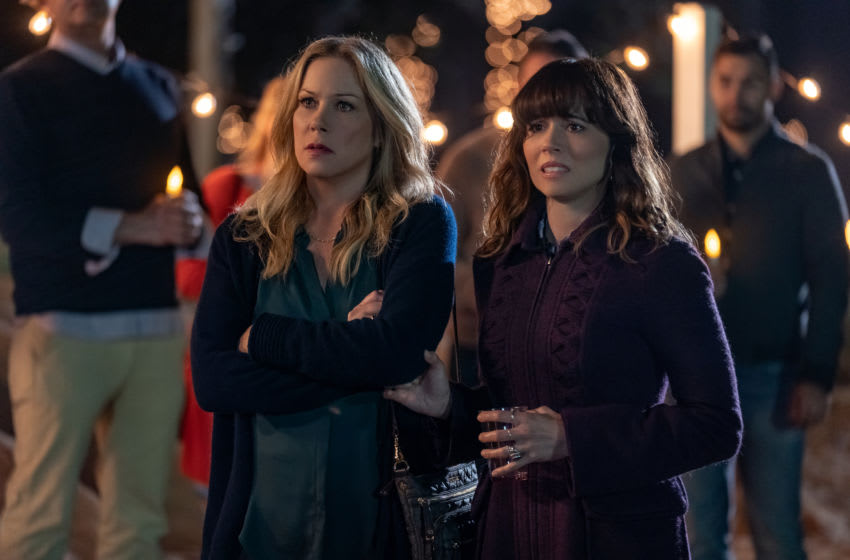 DEAD TO ME (L to R) CHRISTINA APPLEGATE as JEN HARDING, LINDA CARDELLINI as JUDY HALE in episode 7 of DEAD TO ME. Cr. SAEED ADYANI/NETFLIX © 2020