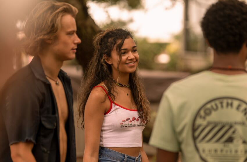 OUTER BANKS (L to R) RUDY PANKOW as JJ, MADISON BAILEY as KIARA, and JONATHAN DAVISS as POPE in episode 206 of OUTER BANKS Cr. JACKSON LEE DAVIS/NETFLIX © 2021
