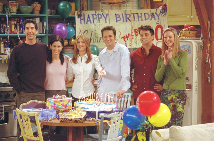 385848 27: Cast members of NBC's comedy series 'Friends.' Pictured (l to r): David Schwimmer as Ross Geller, Courteney Cox as Monica Geller, Jennifer Aniston as Rachel Cook, Matthew Perry as Chandler Bing, Matt LeBlanc as Joey Tribbiani and Lisa Kudrow as Phoebe Buffay. Episode: 'The One Where They All Turn Thirthy.' (Photo by Warner Bros. Television)