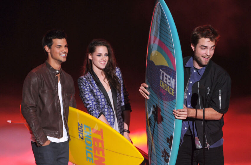 UNIVERSAL CITY, CA - JULY 22: (L-R) Actors Taylor Lautner, Kristen Stewart, and Robert Pattinson accept the Ultimate Choice award onstage during the 2012 Teen Choice Awards at Gibson Amphitheatre on July 22, 2012 in Universal City, California. (Photo by Kevin Winter/Getty Images)