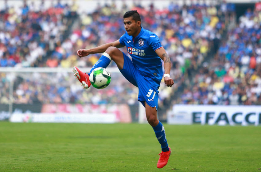 MEXICO CITY, MEXICO - MAY 12: Orbelin Pineda #31 of Cruz Azul drives the ball during the quarterfinals second leg match between Cruz Azul and America as part of the Torneo Clausura 2019 Liga MX at Azteca Stadium on May 12, 2019 in Mexico City, Mexico. (Photo by Hector Vivas/Getty Images)
