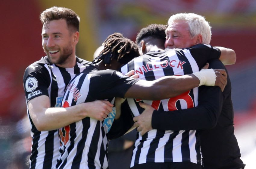 Newcastle United's Joe Willock (2R) celebrates with Steve Bruce (R). (Photo by DAVID KLEIN/POOL/AFP via Getty Images)