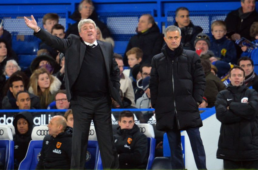 Hull City's Steve Bruce (L) gestures next to Chelsea's Jose Mourinho (R) during a match in 2014. (Photo credit: GLYN KIRK/AFP via Getty Images)