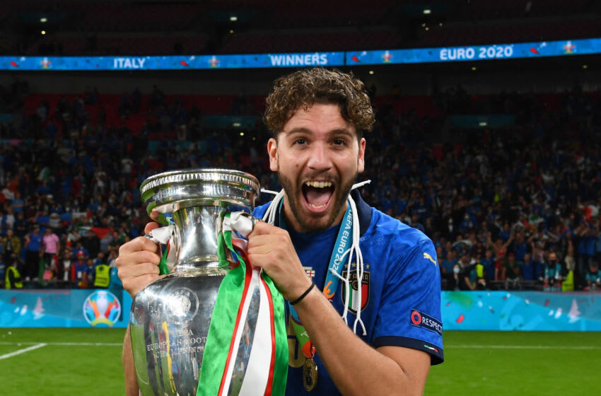 LONDON, ENGLAND - JULY 11: Manuel Locatelli of Italy celebrates with The Henri Delaunay Trophy following his team's victory in the UEFA Euro 2020 Championship Final between Italy and England at Wembley Stadium on July 11, 2021 in London, England. (Photo by Claudio Villa/Getty Images)