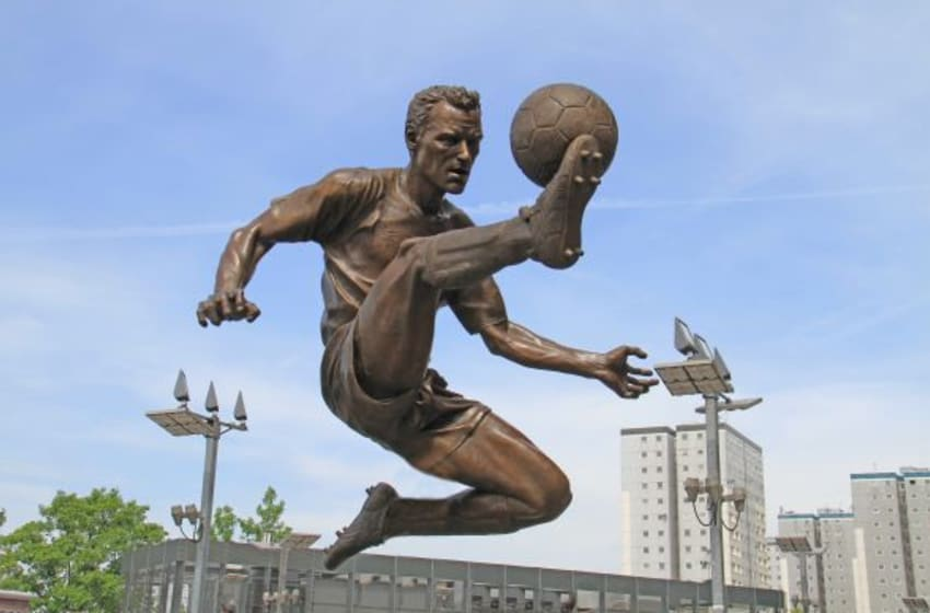 By Ronnie Macdonald (Flickr: Dennis Bergkamp statue) [CC BY 2.0 (http://creativecommons.org/licenses/by/2.0)], via Wikimedia Commons