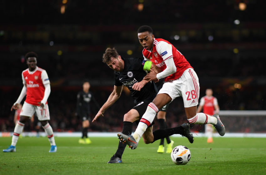 LONDON, ENGLAND - NOVEMBER 28: Joe Willock of Arsenal battles for possession with David Abraham of Eintracht Frankfurt during the UEFA Europa League group F match between Arsenal FC and Eintracht Frankfurt at Emirates Stadium on November 28, 2019 in London, United Kingdom. (Photo by Shaun Botterill/Getty Images)